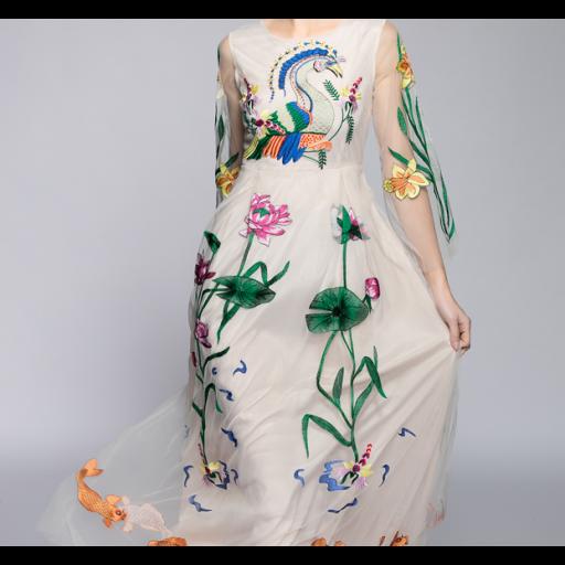 فستان تطريز الطاؤوس