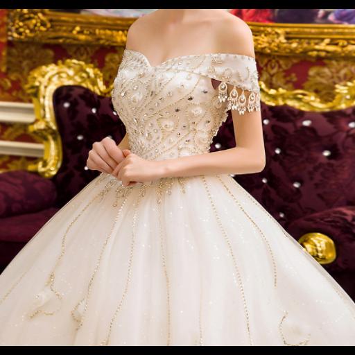 ae11fc3b8 فستان زفاف أبيض بتطريز ذهبي أنيق