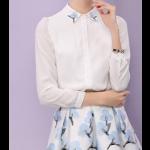 قميص شيفون ابيض بياقة الوردة الزرقاء