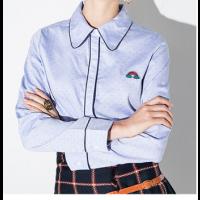 قميص كتان سماوي بتحديد كحلي