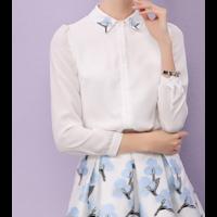 قميص نسائي شيفون ابيض بياقة الوردة الزرقاء