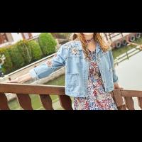 جاكيت جينز قصير الأزهار الصغيرة