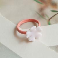 خاتم وردي أبيض