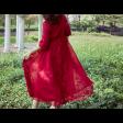 فستان عنابي بكسرات الأكمام