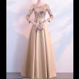 فستان  سهرة ذهبي فخم بأكمام طويلة