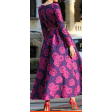 فستان  فخم مزين بالورود الفوشية المتفرقة
