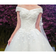 فستان زفاف  مزين بورود صغيرة فخم بأكتاف منخفضة